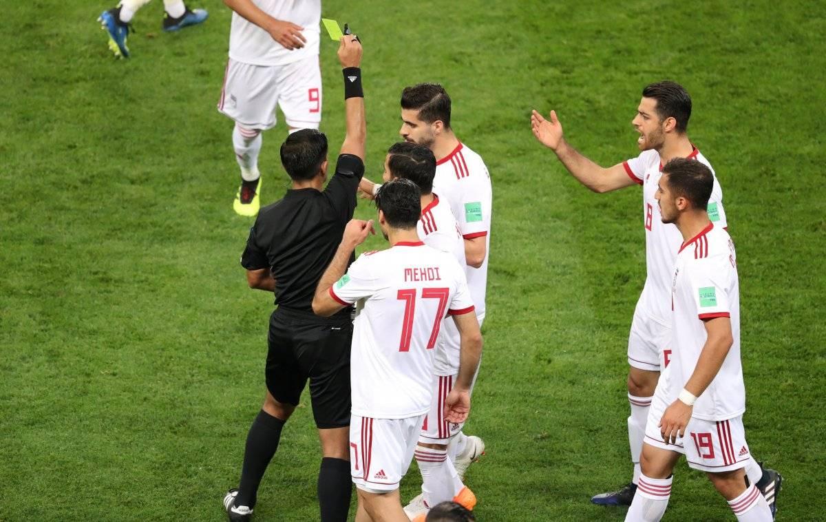 Ehsan Hajsafi, do Irã, recebe um cartão amarelo Lucy Nicholson/Reuters