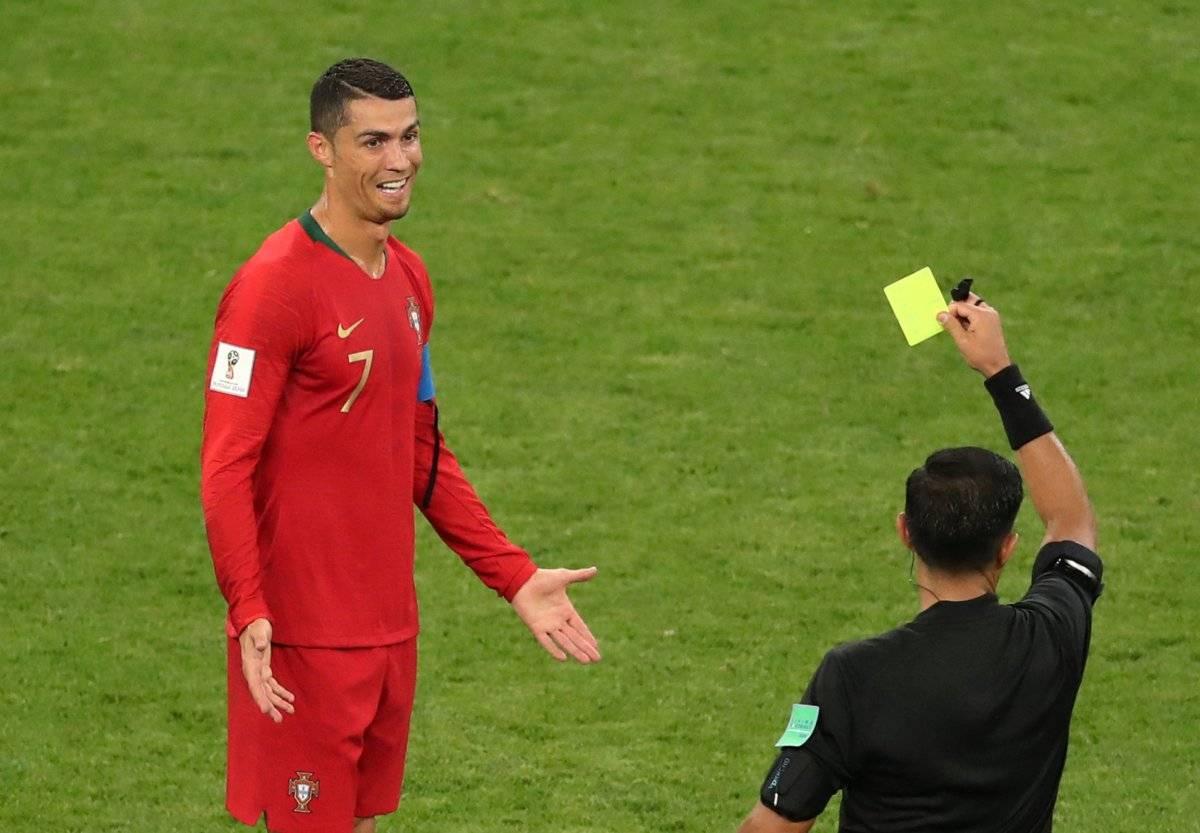 Cristiano Ronaldo leva um cartão amarelo Lucy Nicholson/Reuters
