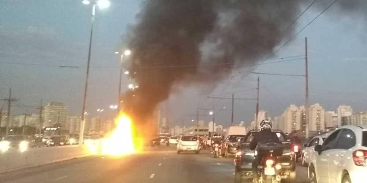 Carro pega fogo na Radial Leste; trânsito tem bloqueio parcial