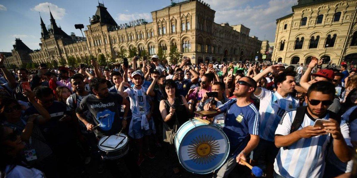 Sufren dentro y fuera de la cancha: FIFA sancionó a la AFA por comportamiento de hinchas argentinos en Rusia 2018