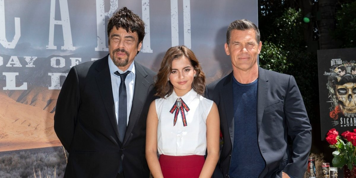 Isabela Moner, la joven actriz que hace competencias de eructos con Benicio del Toro y Josh Brolin