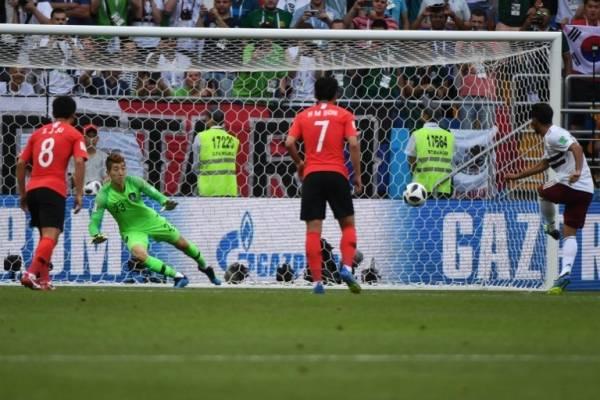 Carlos Vela marca de penal el gol de México