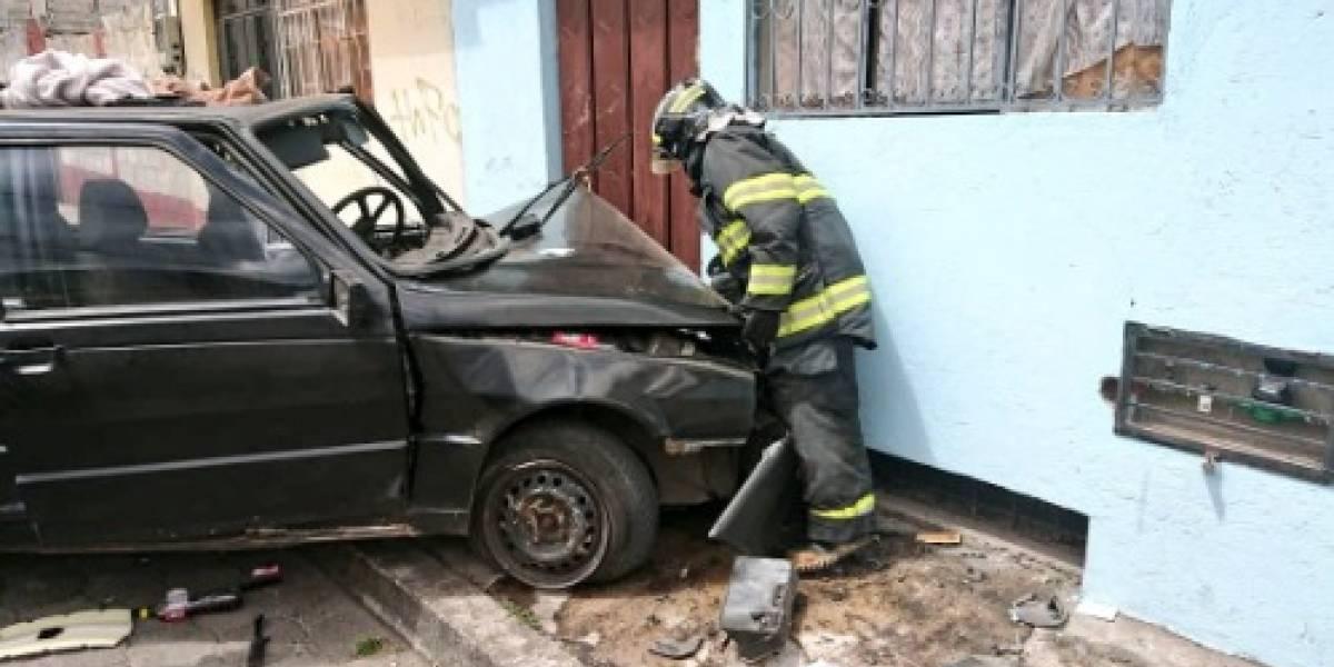 Accidente en Chilibulo deja tres heridos tras choque de auto contra casa