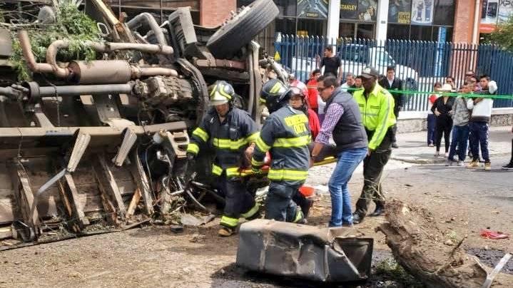 Accidente de tránsito en el parque de los recuerdos @BomberosQuito