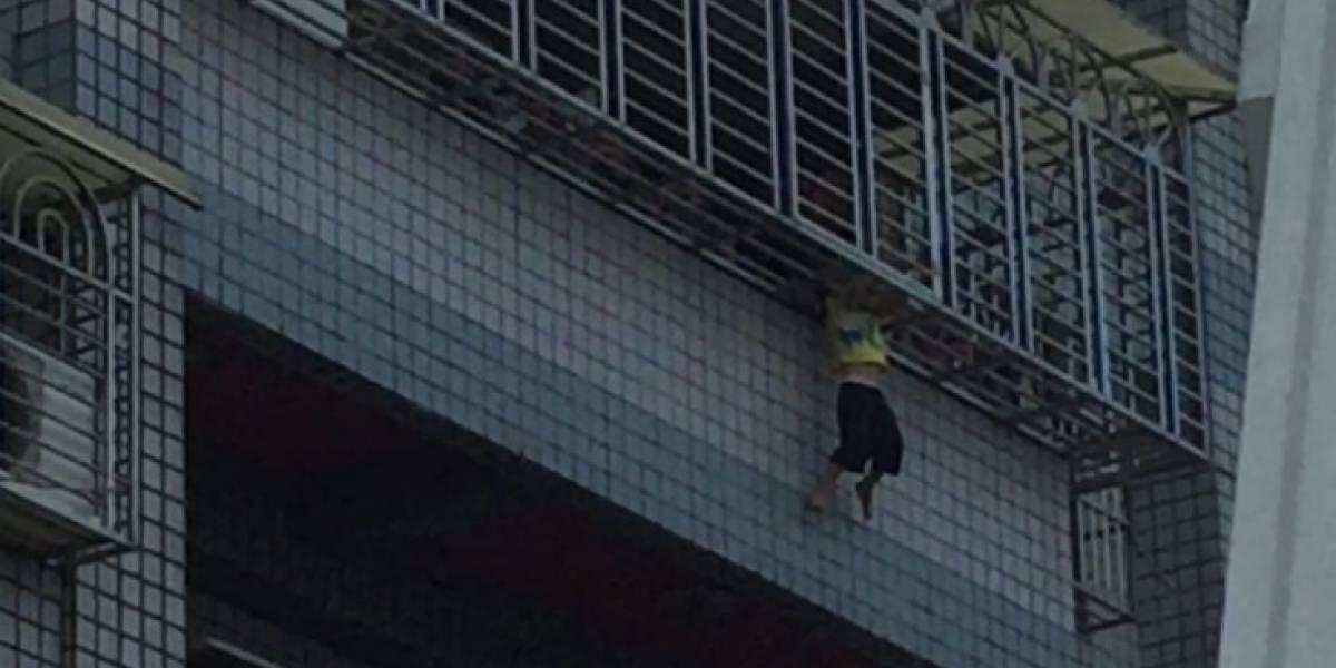 El tamaño de su cabeza lo salvó : niño  de cuatro años cae a través del balcón y se queda colgando entre unos barrotes