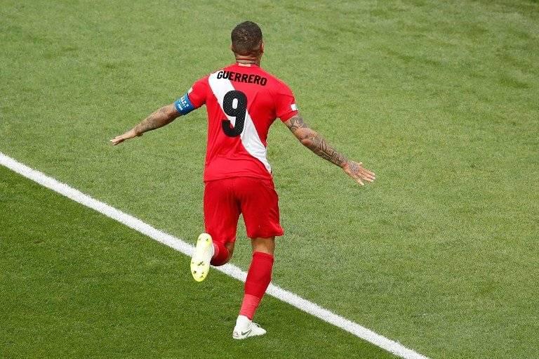 Guerrero se encamina a celebrar su gol ante los australianos