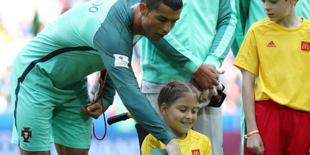 """Cristiano Ronaldo realiza sonho de menina russa: """"queria ser tão forte"""""""