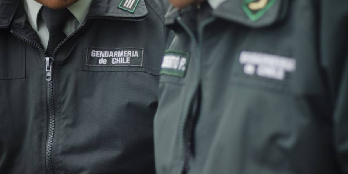 Ministro Larraín se reunió con gendarmes para escuchar sus demandas