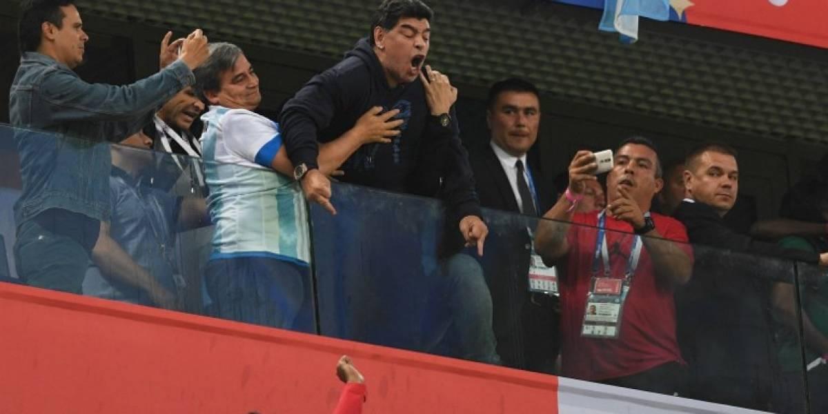 EN IMÁGENES. Maradona les saca el dedo a los nigerianos