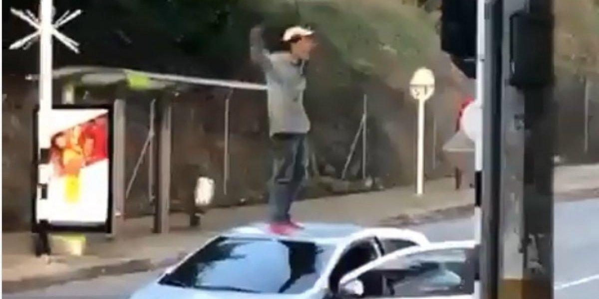 ¡Se creía superhéroe! Hombre saltaba por encima de los carros en movimiento