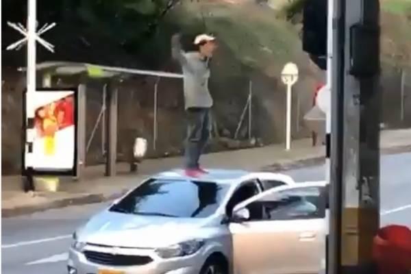 Hombre salta vehículos Medellín