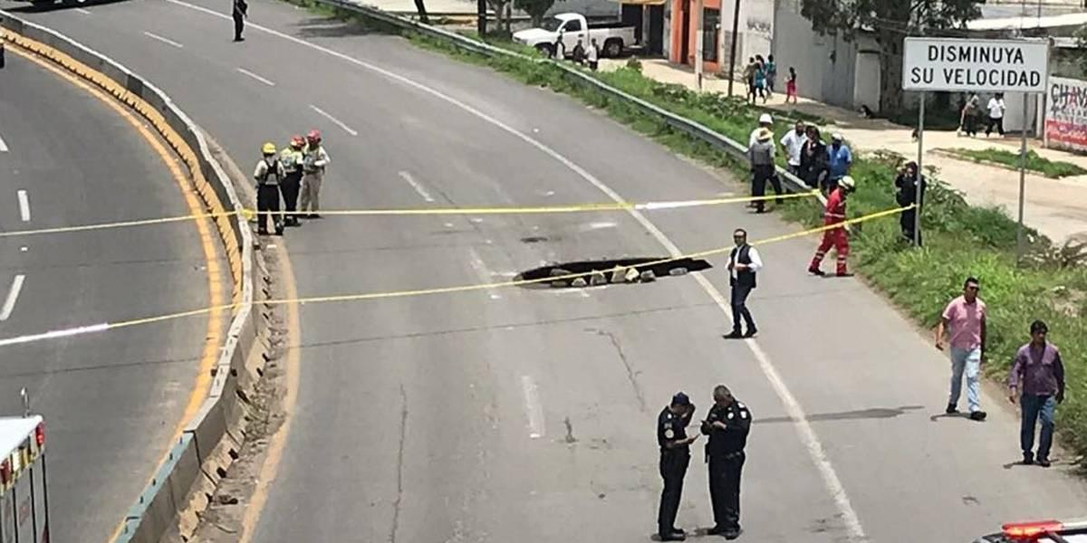 Cierran carretera a Saltillo por la aparición de un socavón