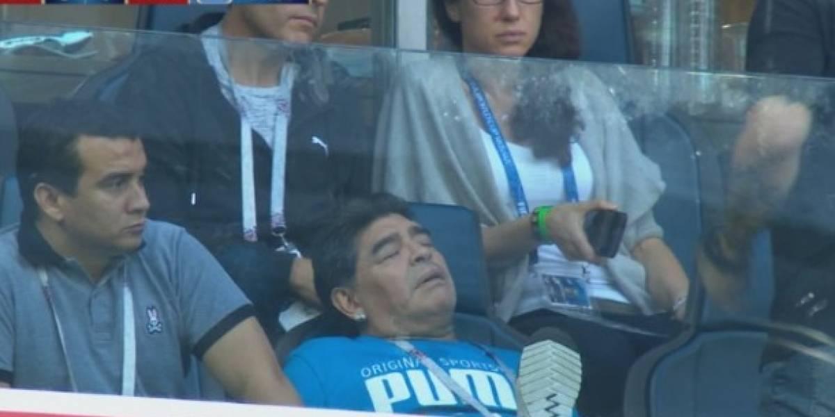 VIDEO: Maradona se quedó dormido en partido de Argentina