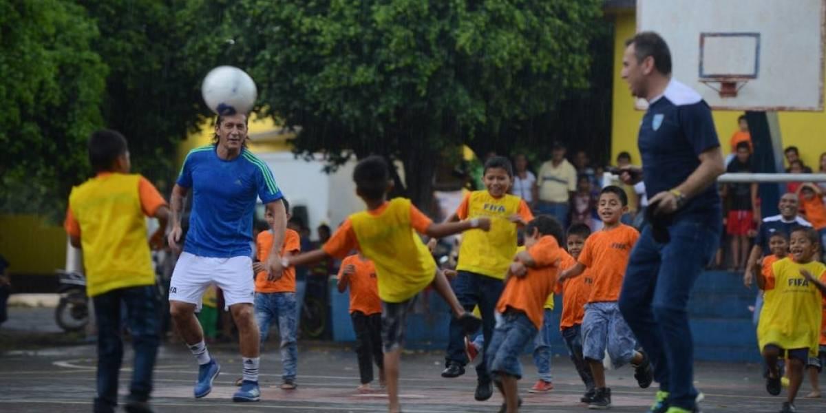 EN IMÁGENES. Míchel Salgado lleva la alegría del futbol a niños de albergue en Escuintla