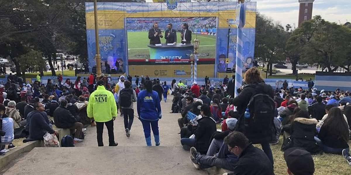 Argentinos ocupam Praça San Martin para torcer pela seleção