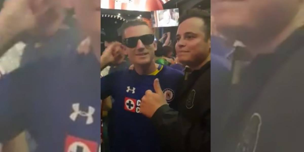 Mexicanos cumplen con su tarea al ponerle la playera del Cruz Azul a los suecos