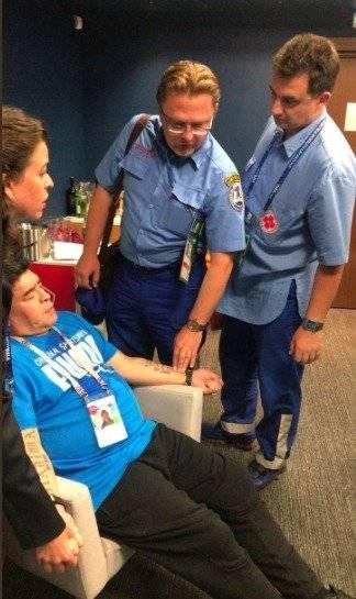 Maradona atendido por equipo medico tras juego de Argentina