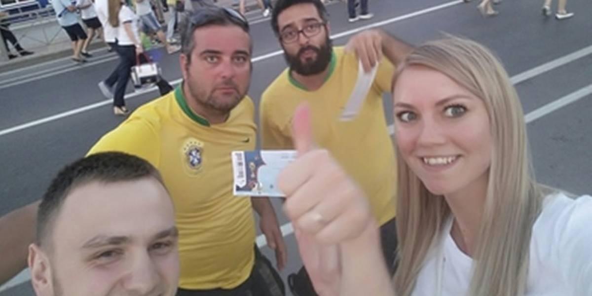 """Milagres acontecem"": Casal russo tenta encontrar brasileiros que deram ingressos de presente na porta de estádio"