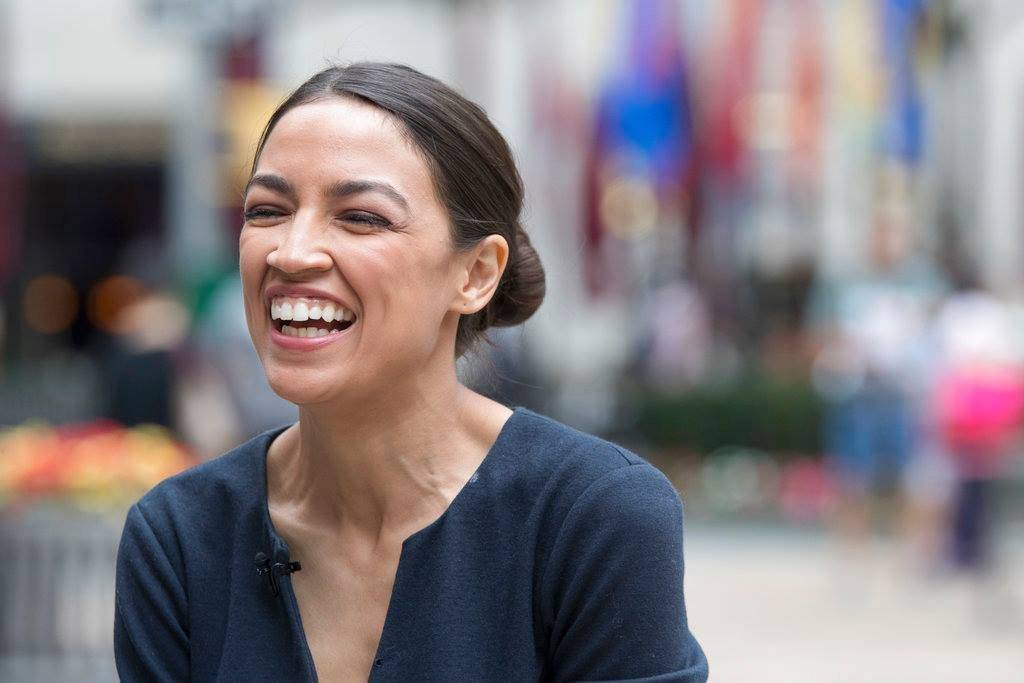 Alexandria Ocasio-Cortez le ganó a un congresista que ocupó la silla del distrito 14 de Nueva York por casi 20 años. AP