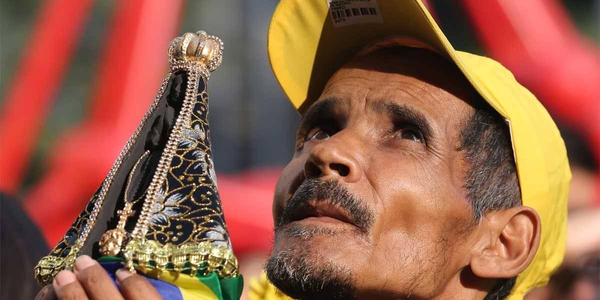 Multidão entra em festa no Anhangabaú com vitória do Brasil