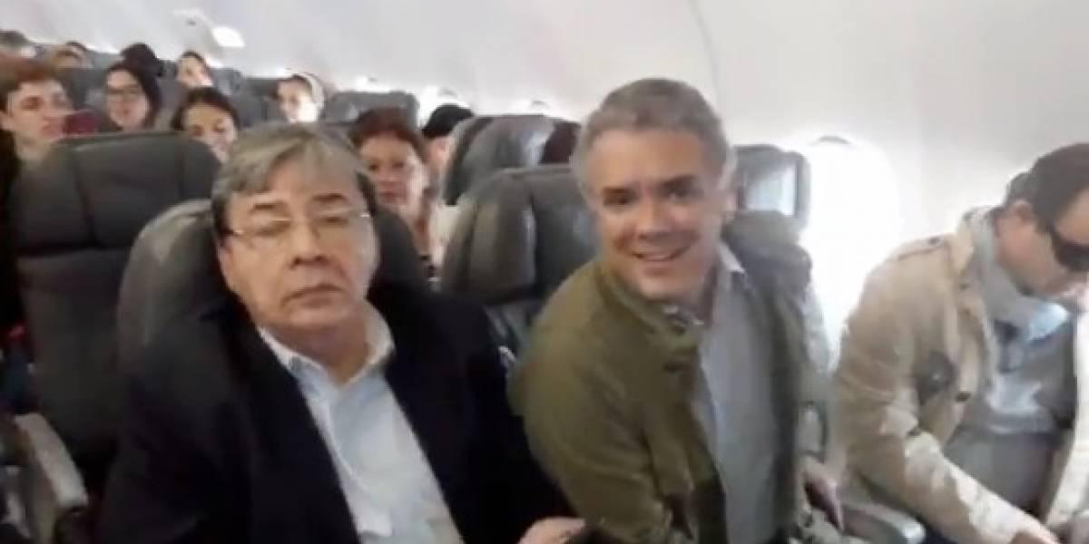 Periodista graba a Iván Duque en un avión y recibe un caudal de críticas