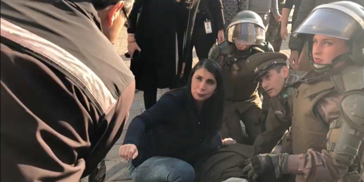 Violencia en el frontis de La Moneda: manifestante lanza pedazo de concreto y deja herido a un mayor de Carabineros