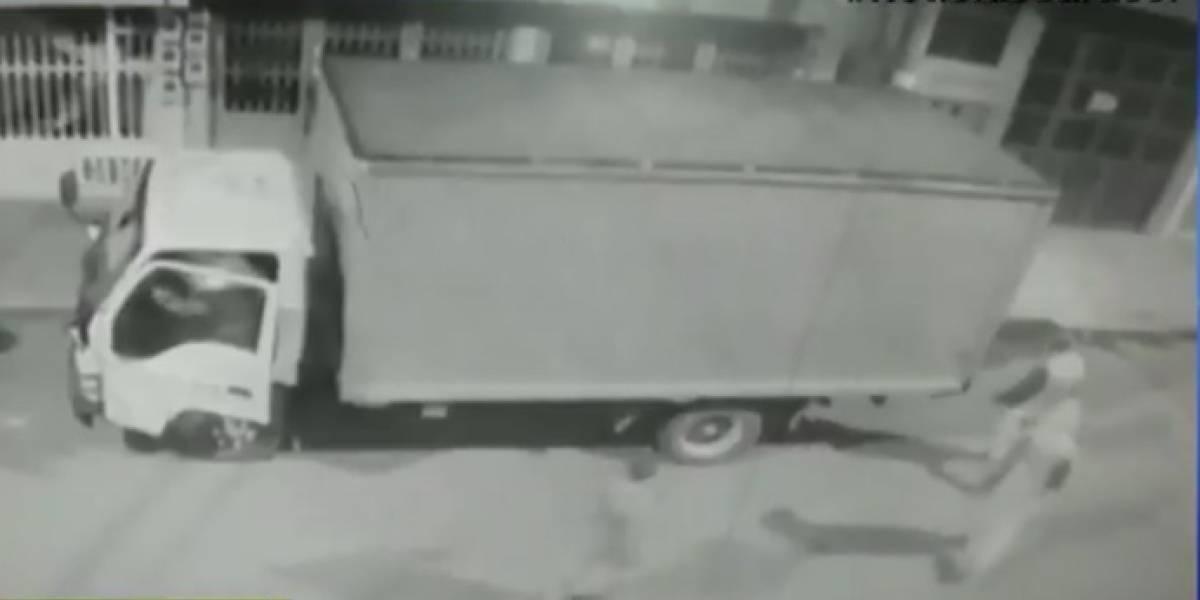 VIDEO. Así se robaron un camión lleno de bocadillos en Bogotá