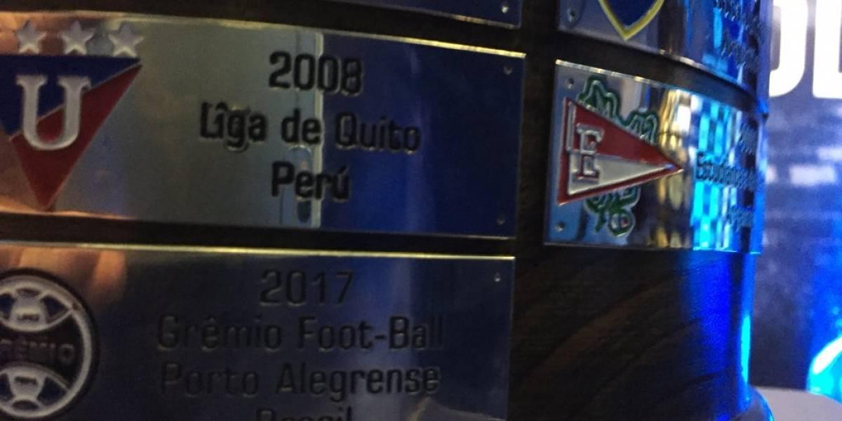 ¡Gran error! Trofeo réplica de la Conmebol en Rusia dice que Liga de Quito es equipo de Perú