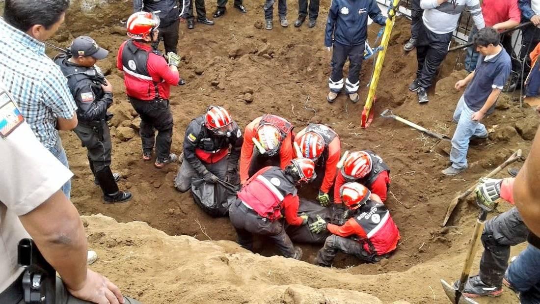 Persona falleció tras deslizamiento de tierra en Santa Bárbara @BomberosQuito