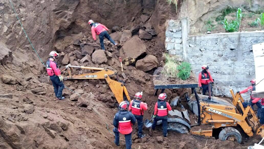 una persona falleció tras deslizamiento de tierra en el sur de Quito @BomberosQuito