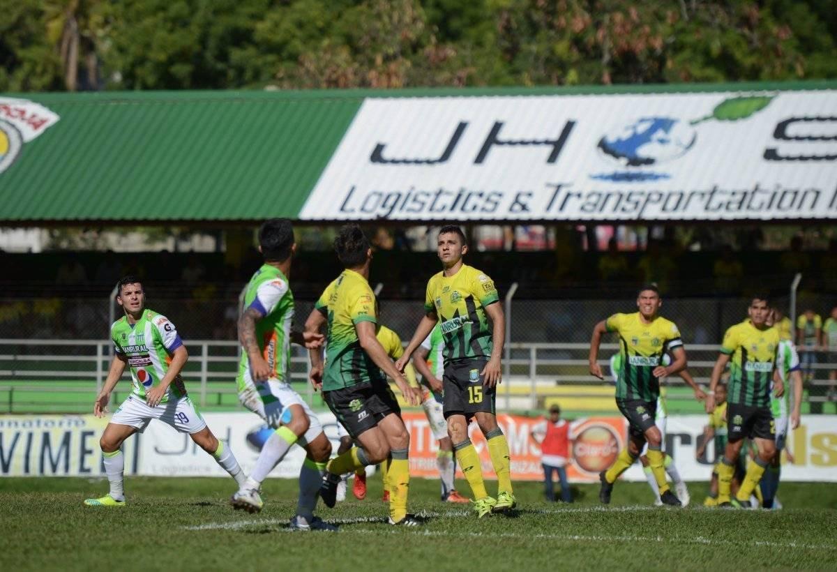 Acción de un partido entre Guastatoya y Antigua en el Torneo Clausura 2018