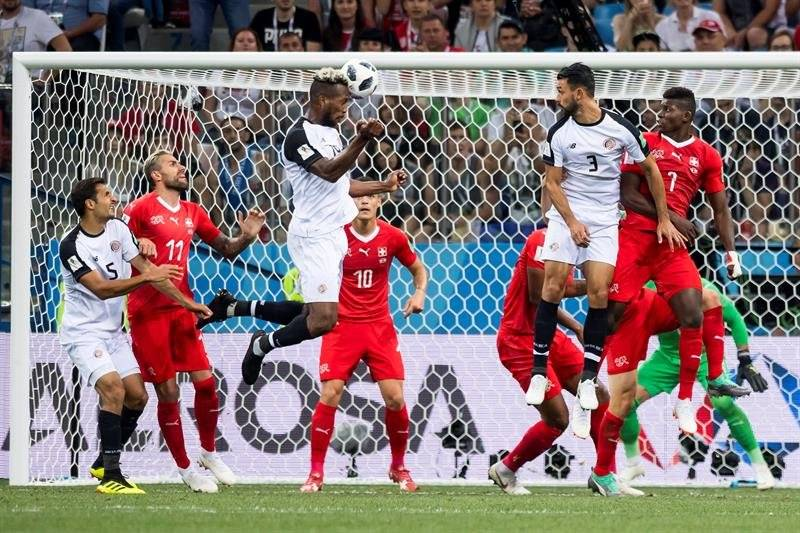 Momento en que Watson con un sólido cabezazo empató el partido para Costa Rica