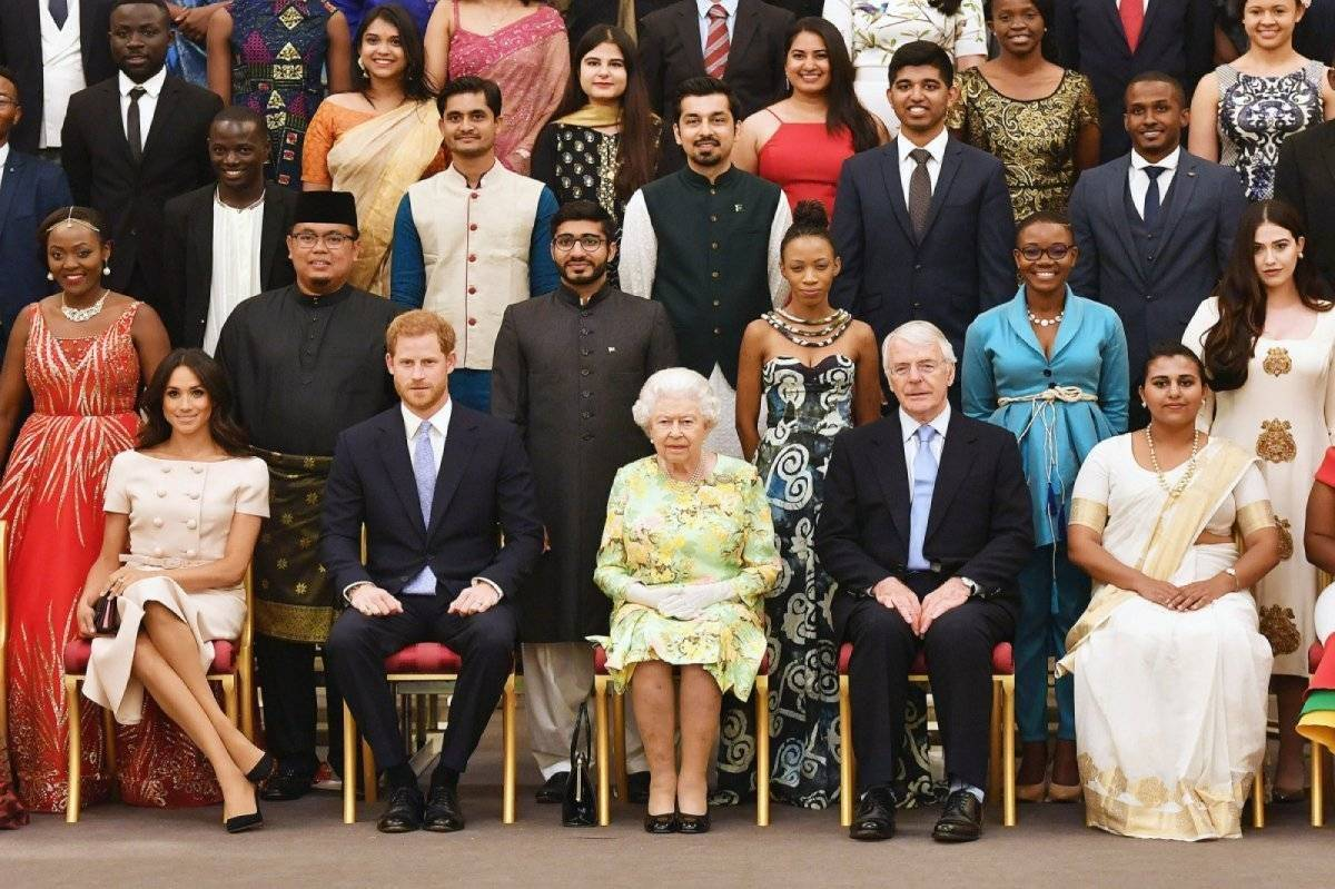 Acusan a Meghan Markle de faltarle el respeto a la reina en el más reciente acto protocolar de la corona