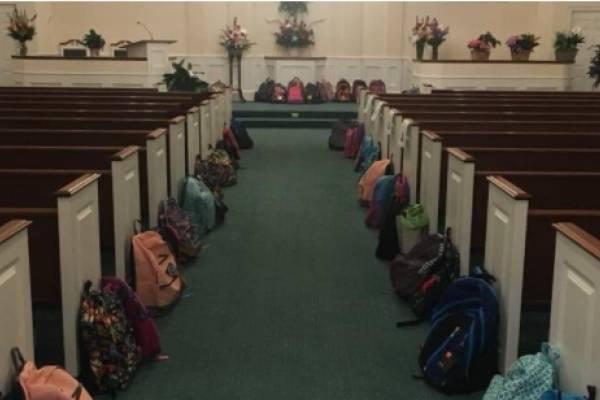 mochilas en vez de flores en funeral