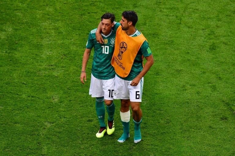 Khedira consuela a Mesut Özil tras la eliminación germana