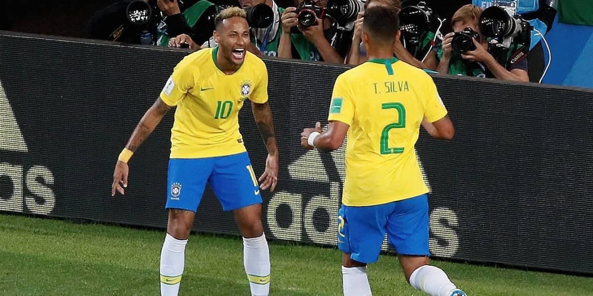 Com gols de Paulinho e Thiago Silva, Brasil bate a Sérvia por 2 a 0