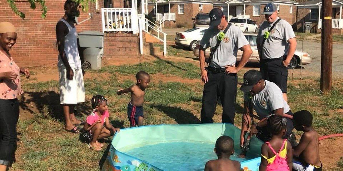Niños intentaban humildemente llenar una piscina con ollas hasta que llegan los bomberos a salvar el cumpleaños
