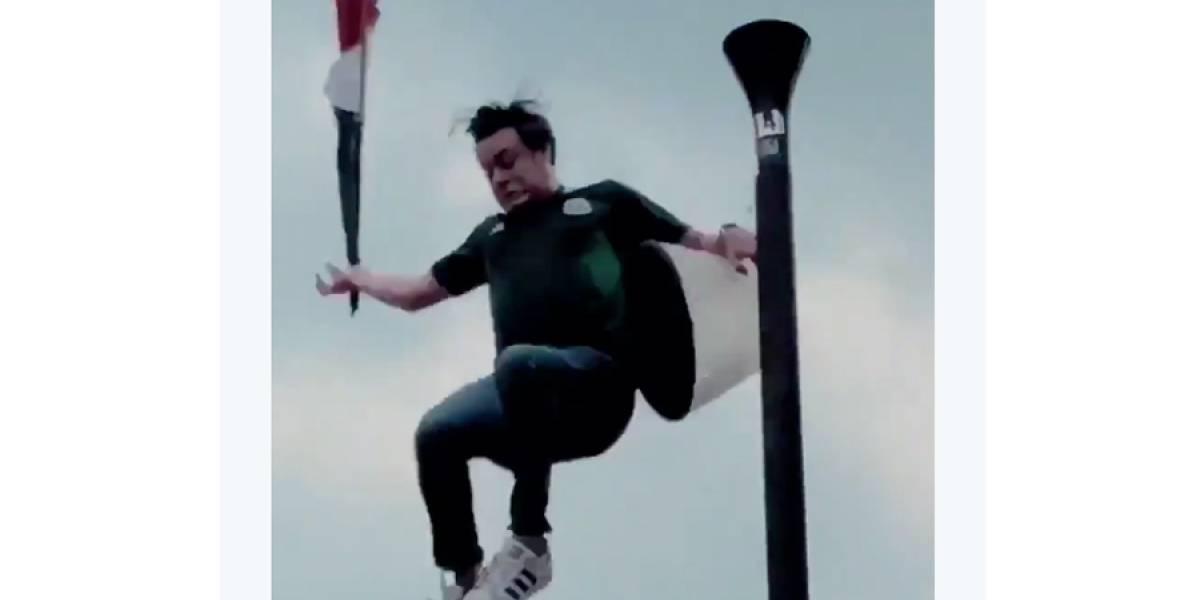 VIDEO. Aficionado cae desde lo alto de una lámpara al tratar de poner una bandera mexicana
