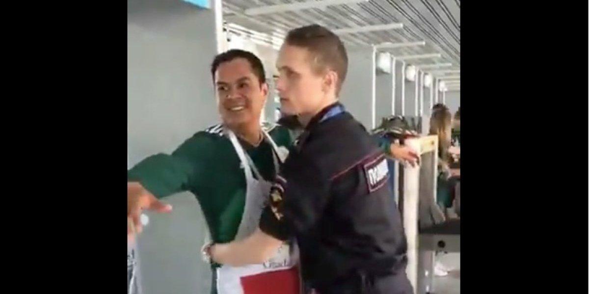 VIDEO. Aficionado mexicano juega jocosa broma a policía ruso