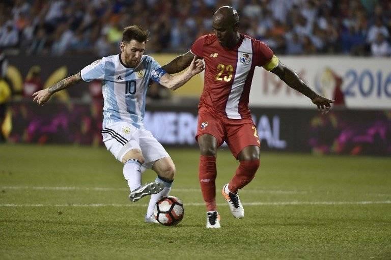 Felipe Baloy intenta contener a Lionel Messi en un partido entre Argentina y Panamá