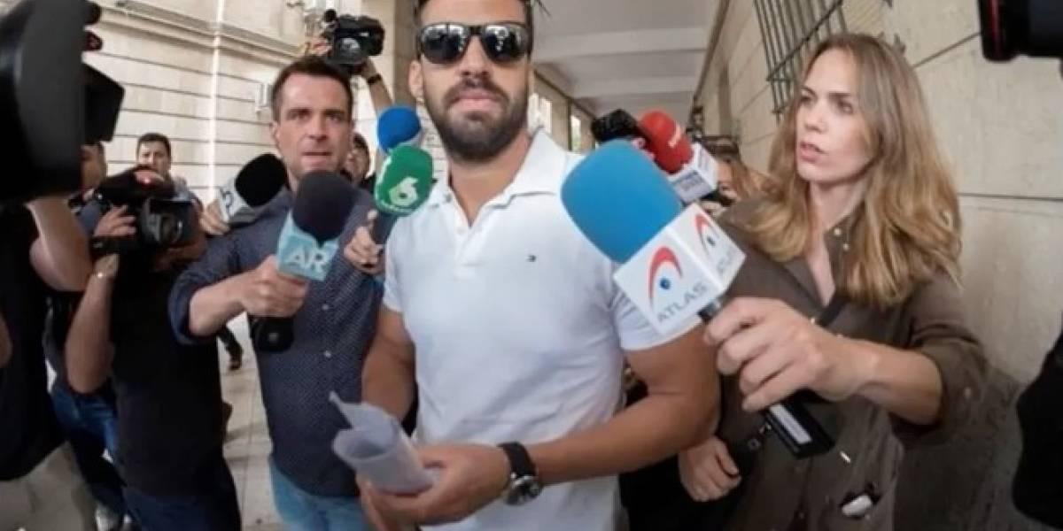 """Juguetona funa de la Policía de España ante el intento del guardia civil de """"La Manada"""" de renovar su pasaporte"""