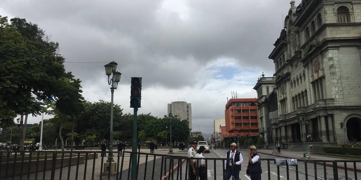SAAS impide a niños que iban con una antorcha ingresar a la Plaza de la Constitución