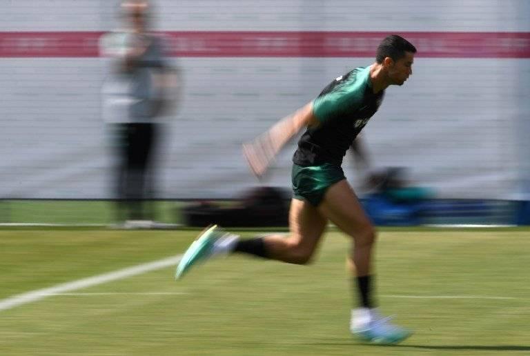 Cristiano corre durante la práctica de Portugal
