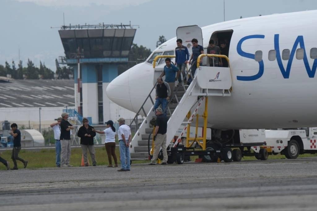 Hasta 14 vuelos de deportados arriban a la FAG cada semana, según la DGM. Foto: Omar Solís
