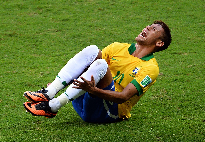 Las lesiones físicas que son comunes entre jugadores profesionales de fútbol y gente común y corriente