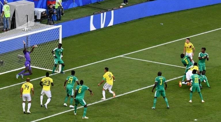 Imagen del momento en que Mina anota el gol de la victoria para Colombia
