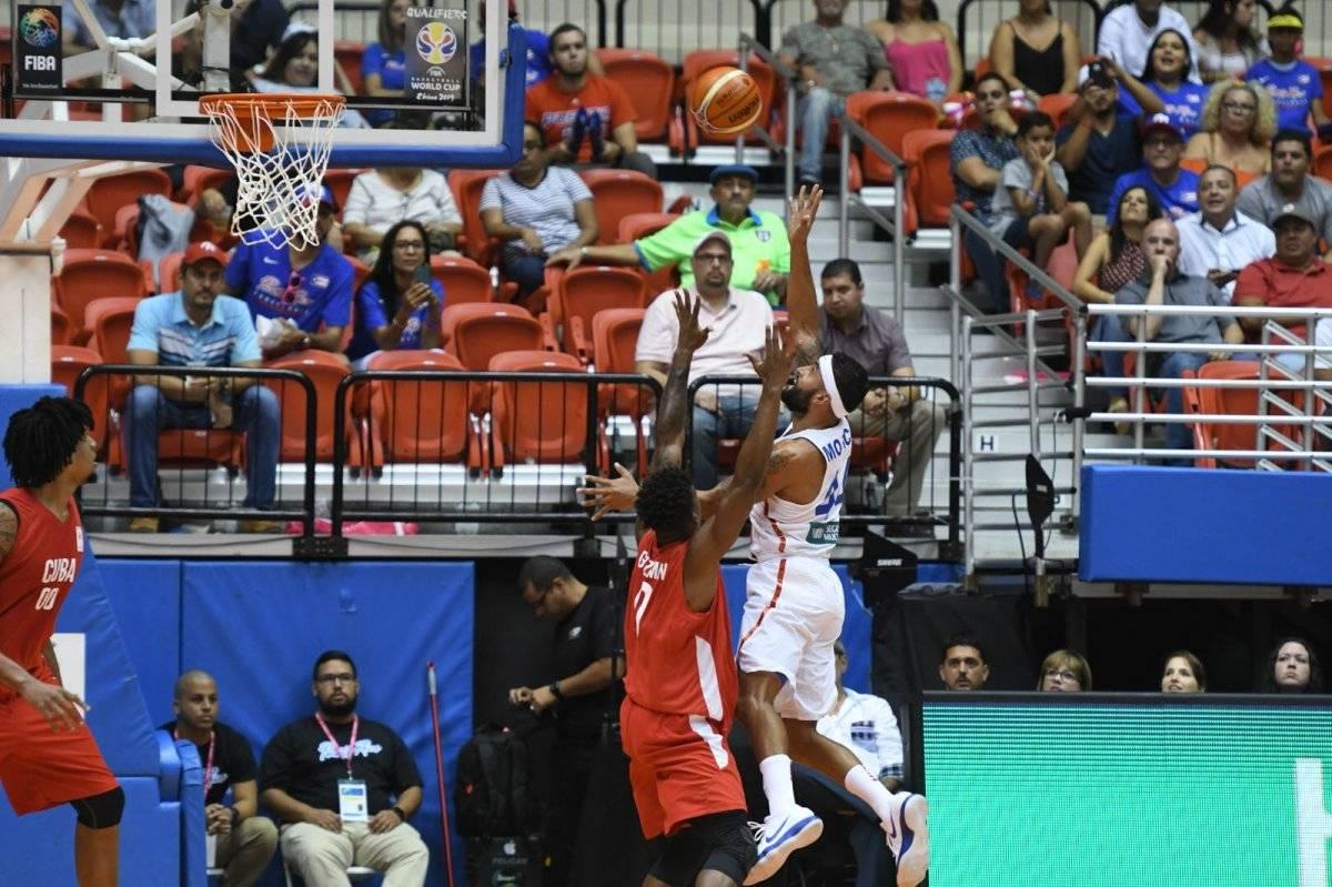 Foto: Javier Mojica intenta encestar un canasto ante la defensa cubana, durante el juego de la tercera ventana FIBA en el Coliseo Roberto Clemente/Dennis A. Jones