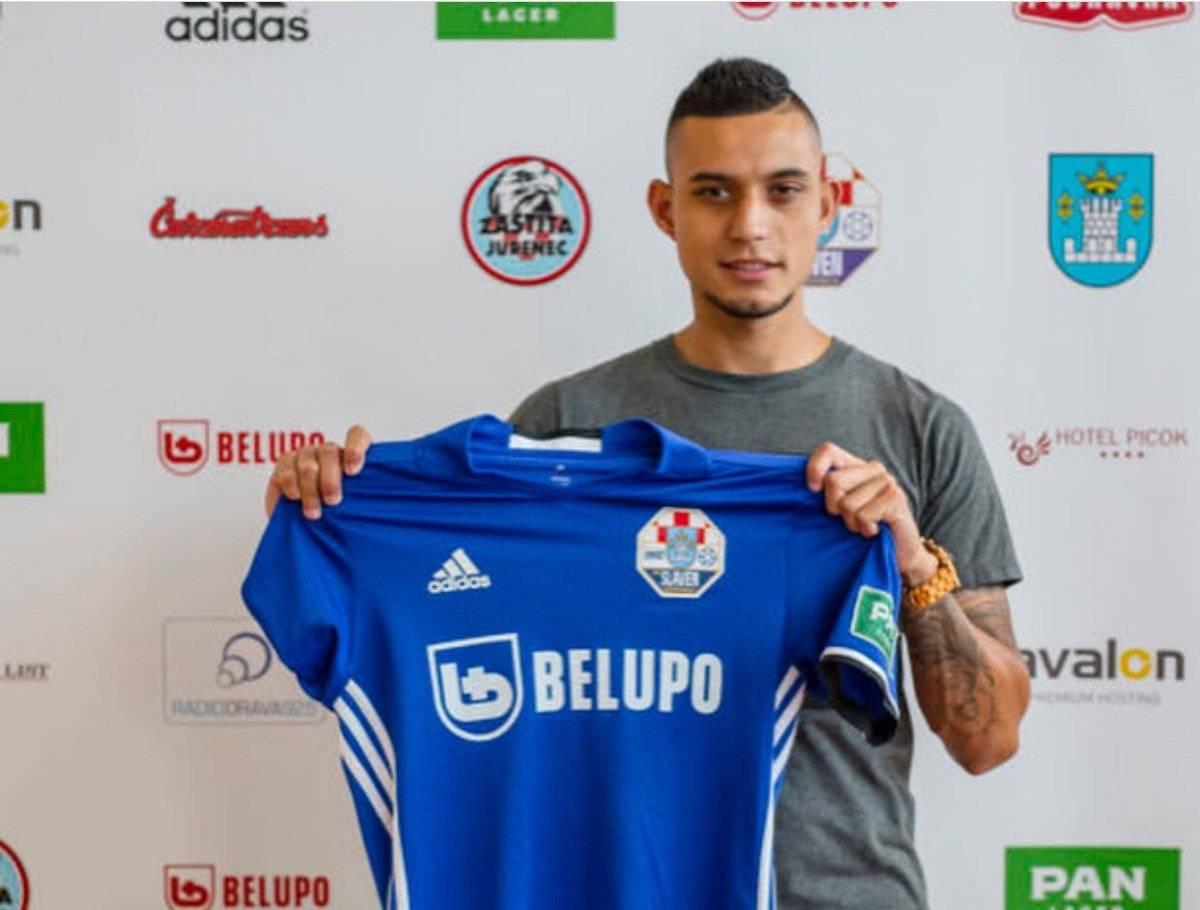 Jorge Aparicio posa con la nueva camiseta que ahora defenderá