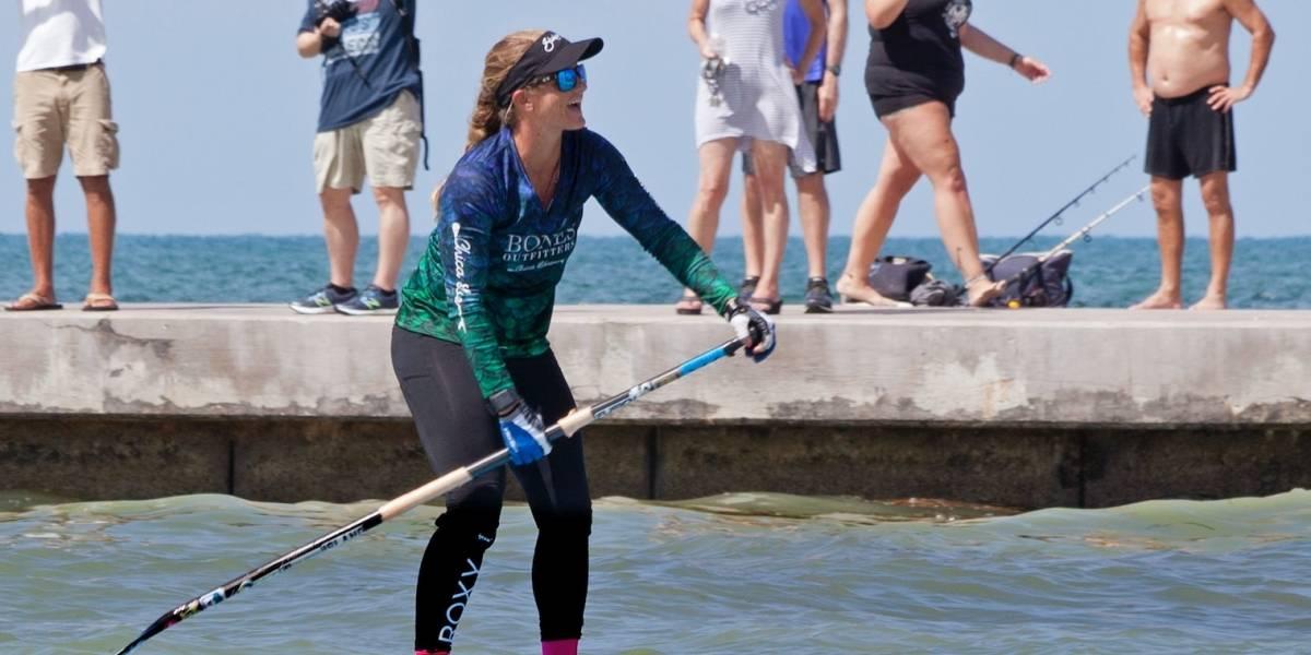 Mujer cruza de Cuba a Cayos de Florida remando de pie