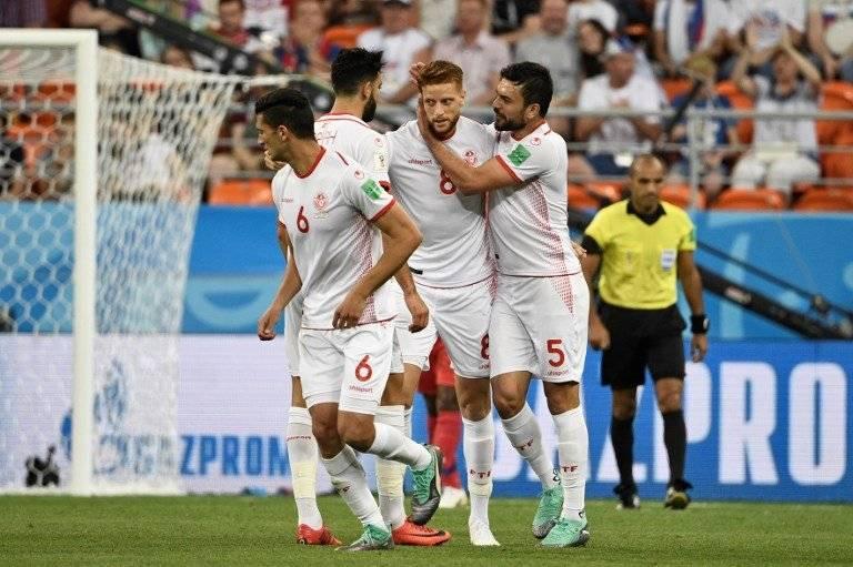 Ben Youssef es felicitado por sus compañeros tras su anotación